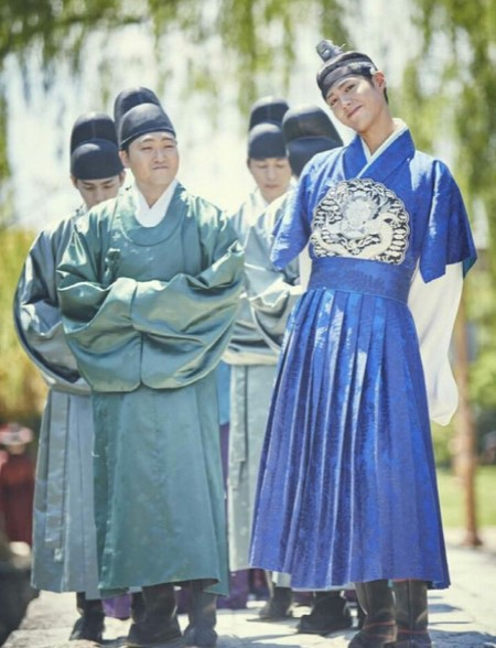 tampan-dengan-hanbok-park-bo-gum-tuai-pujian-desaigner-moonlight-drawn-by-clouds