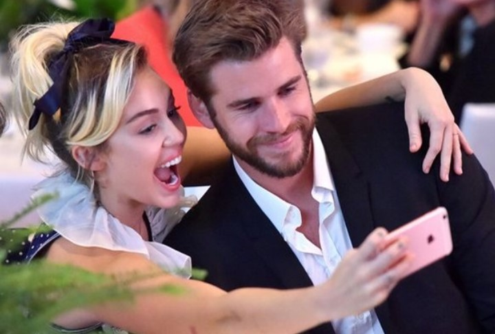 liam-hemsworth-dan-miley-cyrus-tunjukan-kemesraan-perdana-di-acara-power-of-women-2