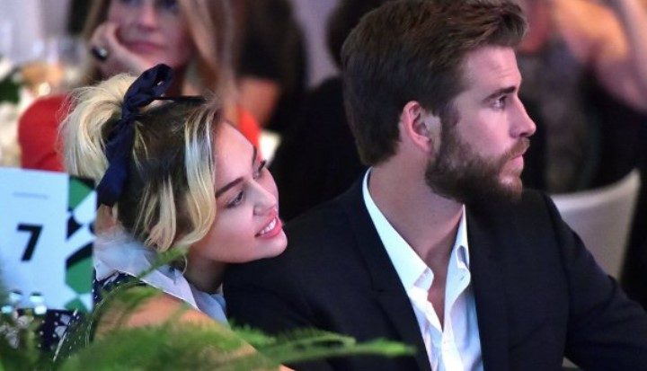 liam-hemsworth-dan-miley-cyrus-tunjukan-kemesraan-perdana-di-acara-power-of-women-3